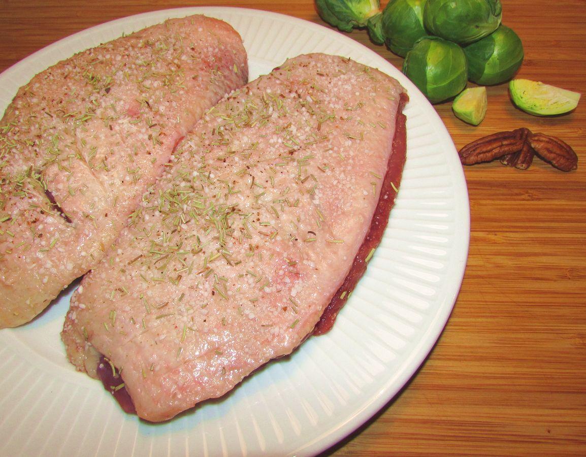Gnid kødet på begge sider, med salt, peber og rosmarin.