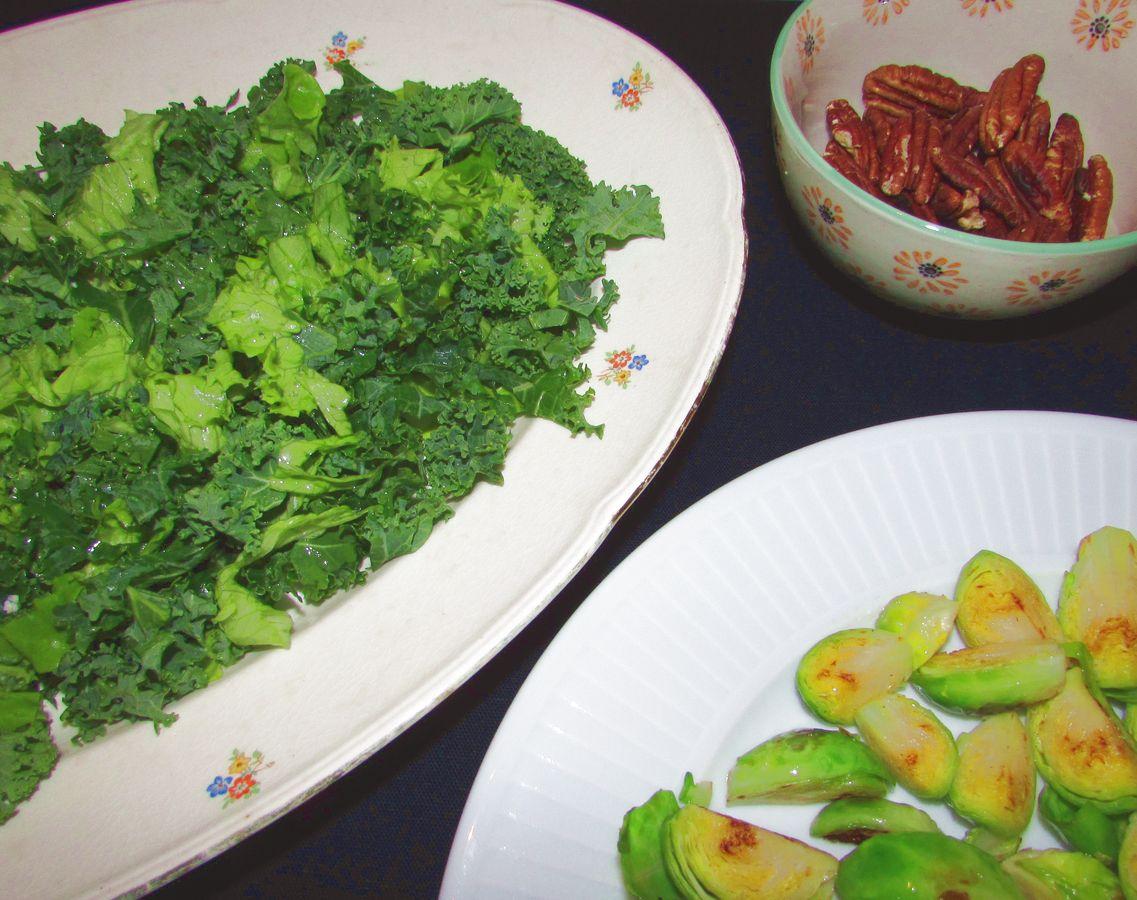 Grønkål, ristede pekannødder og smørristet rosenkål.