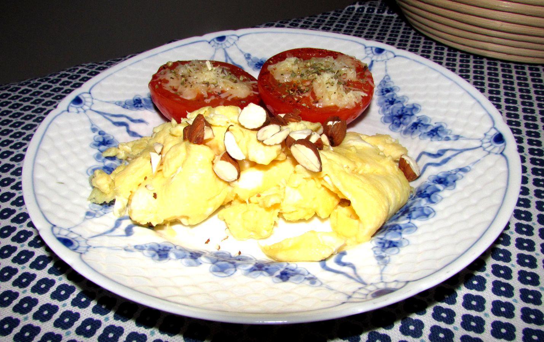 scrambled egg med stegte tomater