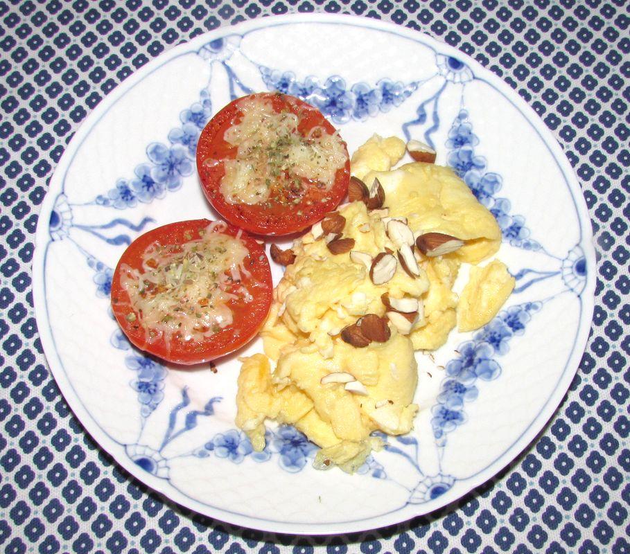 morgenæg med stegte tomater